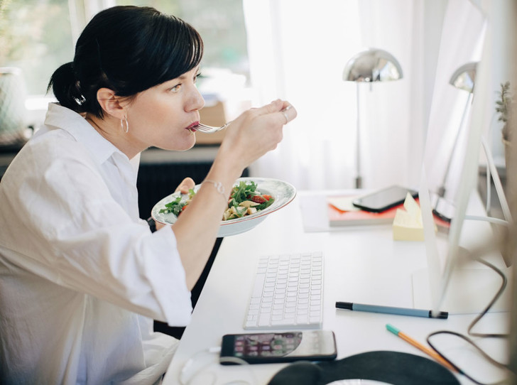 Фото №1 - Как вкусно и правильно питаться на работе