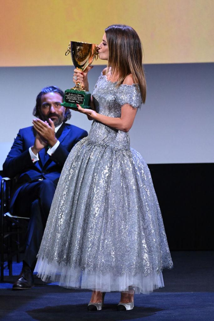 Фото №4 - Что носит лучшая актриса Венецианского кинофестиваля— Пенелопа Крус на церемонии закрытия?