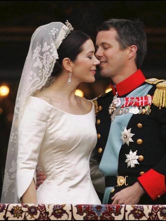Фото №7 - От Елизаветы до Летиции: секретные детали свадебных платьев принцесс и герцогинь