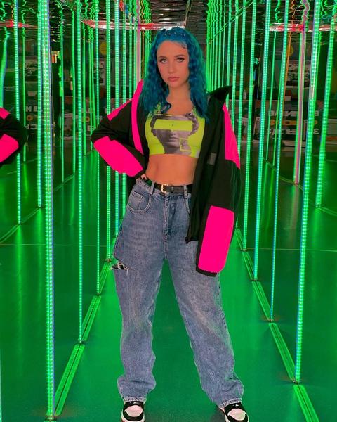 Фото №23 - 5 крутых образов с джинсами, подсмотренных у Миа Бойка