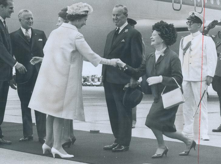 Фото №26 - Искусство реверанса: как современные принцессы и королевы приветствуют друг друга