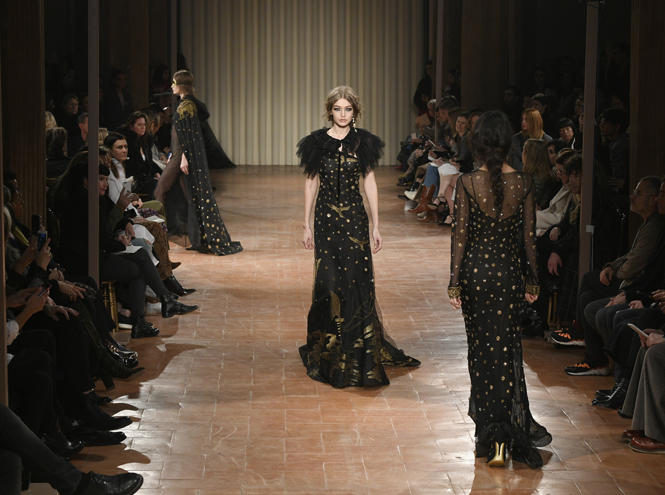 Фото №27 - Fashion director notes: венецианская барышня на показе Alberta Ferretti FW 2017/18