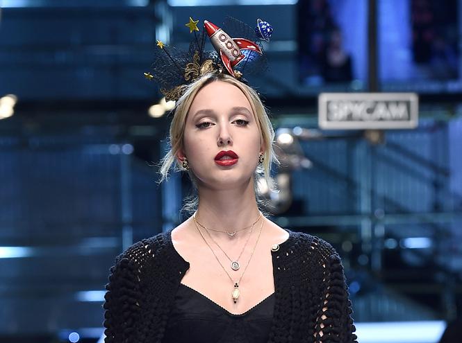 Фото №11 - Голубая кровь на подиуме: наследницы британской короны в показе Dolce & Gabbana