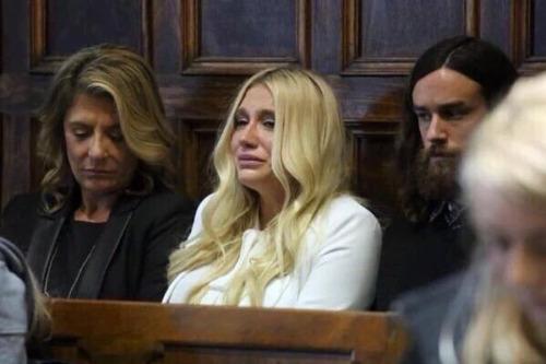 Кеша плачет в зале суда