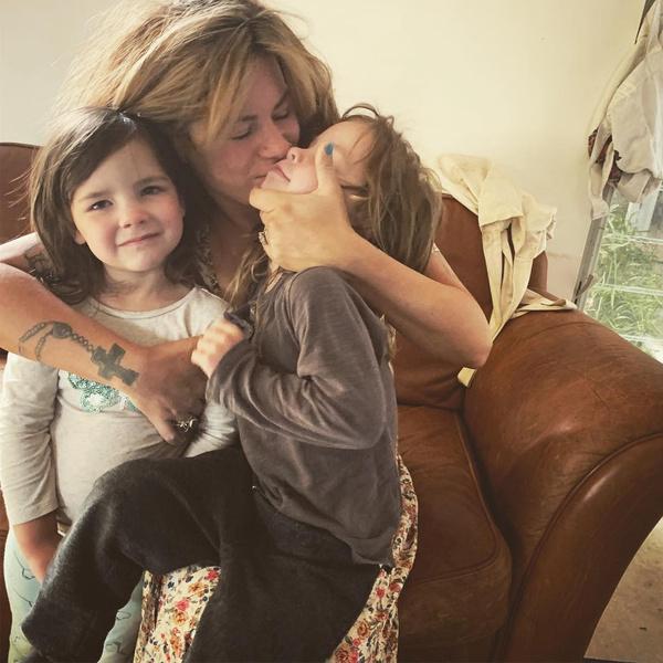 Фото №3 - Мама моет детей 3 раза в неделю и заставляет их есть руками