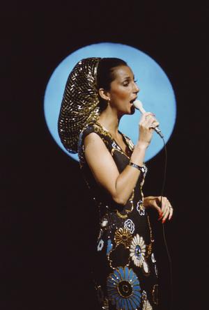 Фото №11 - Королева «голых» платьев: самые эпатажные наряды Шер, которые вошли в историю