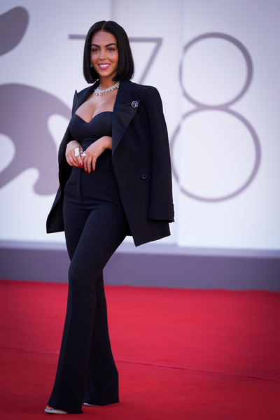 Фото №6 - 7 самых красивых звездных мам на красной дорожке Венецианского кинофестиваля-2021