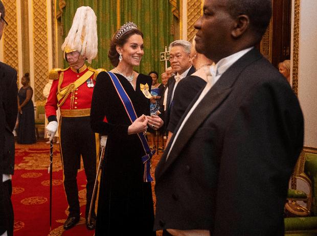 Фото №2 - Выход будущей королевы: герцогиня Кейт в эффектном образе на приеме в Букингемском дворце