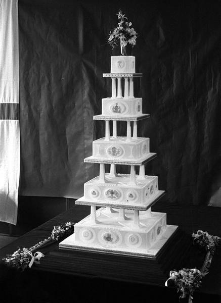 Фото №16 - Сладко: свадебные торты на королевских свадьбах