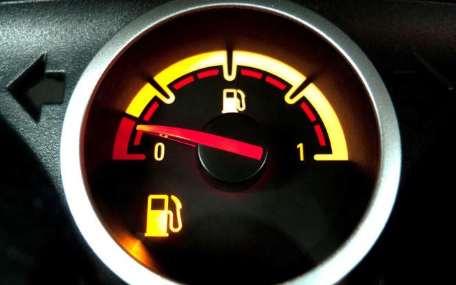 Фото №1 - Что делать если бензин в баке — всё? Пошаговый гид