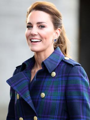 Фото №13 - Клетка, джинсы и костюмы: все наряды герцогини Кейт в туре по Шотландии