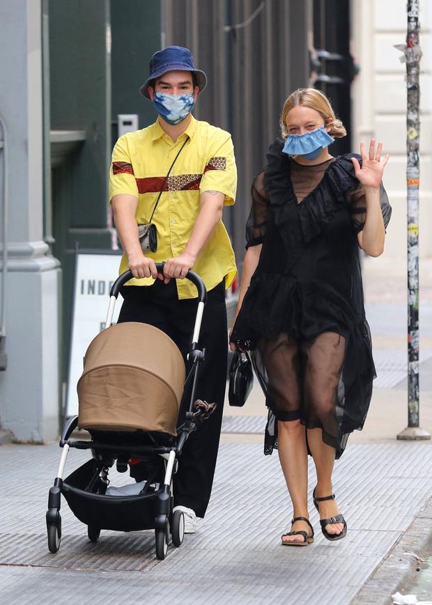 Фото №1 - Редкий выход: Хлоя Севиньи на прогулке с новорожденным сыном