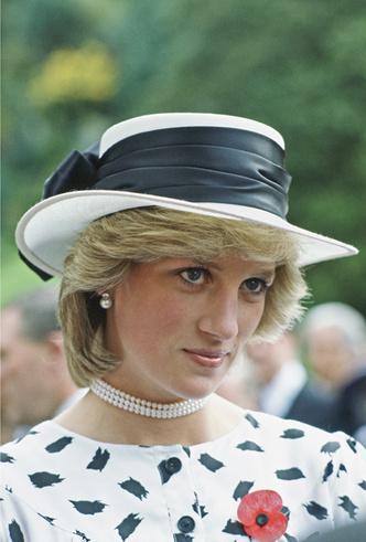 Фото №6 - Герцогиня Меган получила в подарок от Елизаветы II особенные серьги