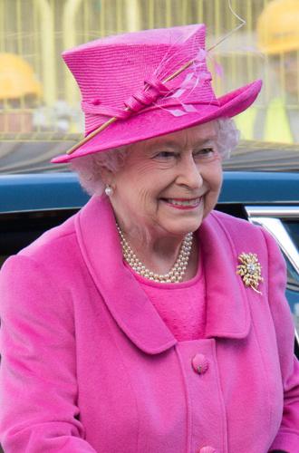 Фото №2 - Какое украшение Елизавета II носит практически постоянно (но вы не замечали)