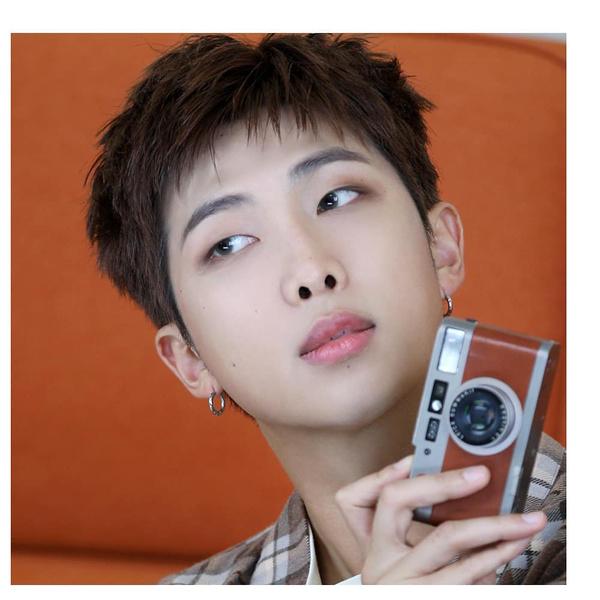 Фото №1 - RM из BTS вновь поразил фанатов— его результаты теста по английскому просто удивительны 🤯