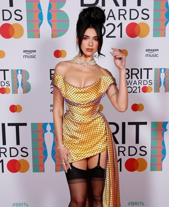 Фото №1 - Современная Мария-Антуанетта: разбираем прическу и макияж Дуа Липы с BRIT Awards