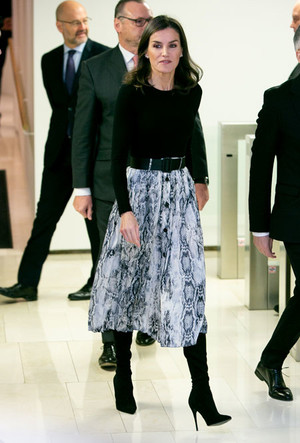 Фото №11 - Вечная классика: как королевские особы носят плиссированные юбки