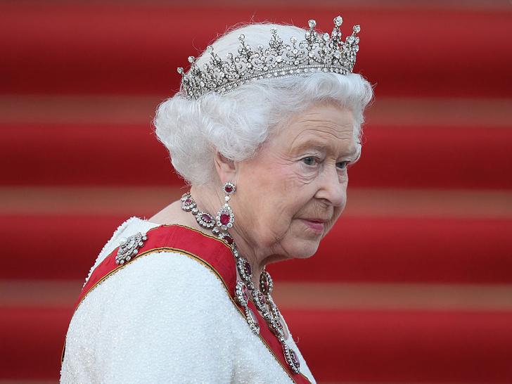 Фото №1 - Одинокая королева: самая грустная фотография Елизаветы II