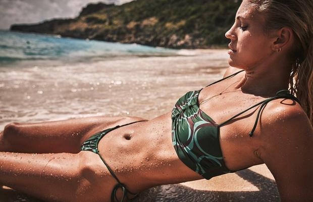Фото №2 - Тело мечты: изумрудный купальник Девон Виндзор с очаровательными пуговками