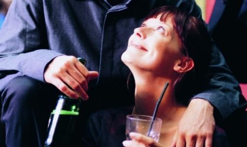 Фото №1 - 60% подростков впервые пробуют алкоголь на семейном празднике