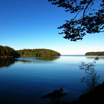 В паломнический тур входят не только экскурсии по монастырю, но и и катерные прогулки по Ладожскому озеру.
