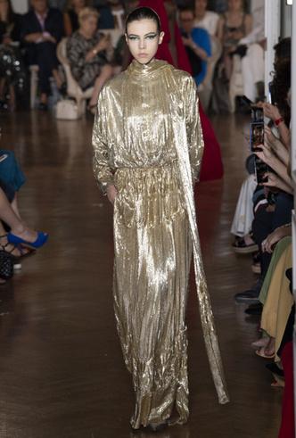 Фото №3 - Новогодний образ: топ-15 золотых платьев для главного вечера