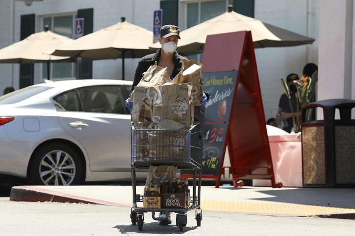 Фото №2 - Карантинный стиль: Шарлиз Терон вышла в магазин в маске и лосинах
