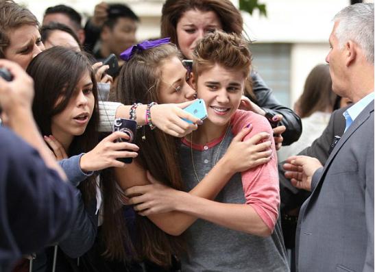 Фото №1 - Беги, Джастин, беги: лондонские фанаты преследуют Бибера