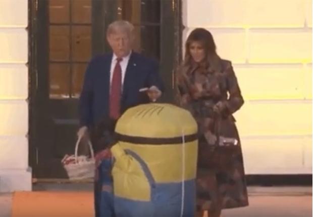 Фото №1 - Дональд Трамп одарил детей конфетами на Хеллоуин, но не обошлось без неловких моментов, сделавших видео вирусным