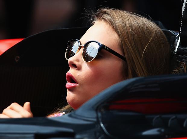 Фото №9 - Фейспалм и губы уточкой: самые смешные фото Кары Делевинь