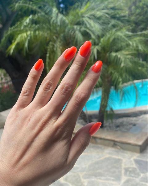 Фото №2 - Самый стильный маникюр на пляж: вдохновляемся неоновыми ногтями Селены Гомес