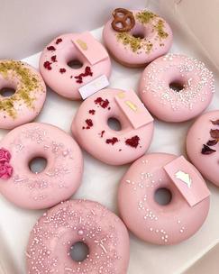 Фото №1 - Тест: Выбери пончик, и мы скажем, на кого из звезд ты похожа больше всего