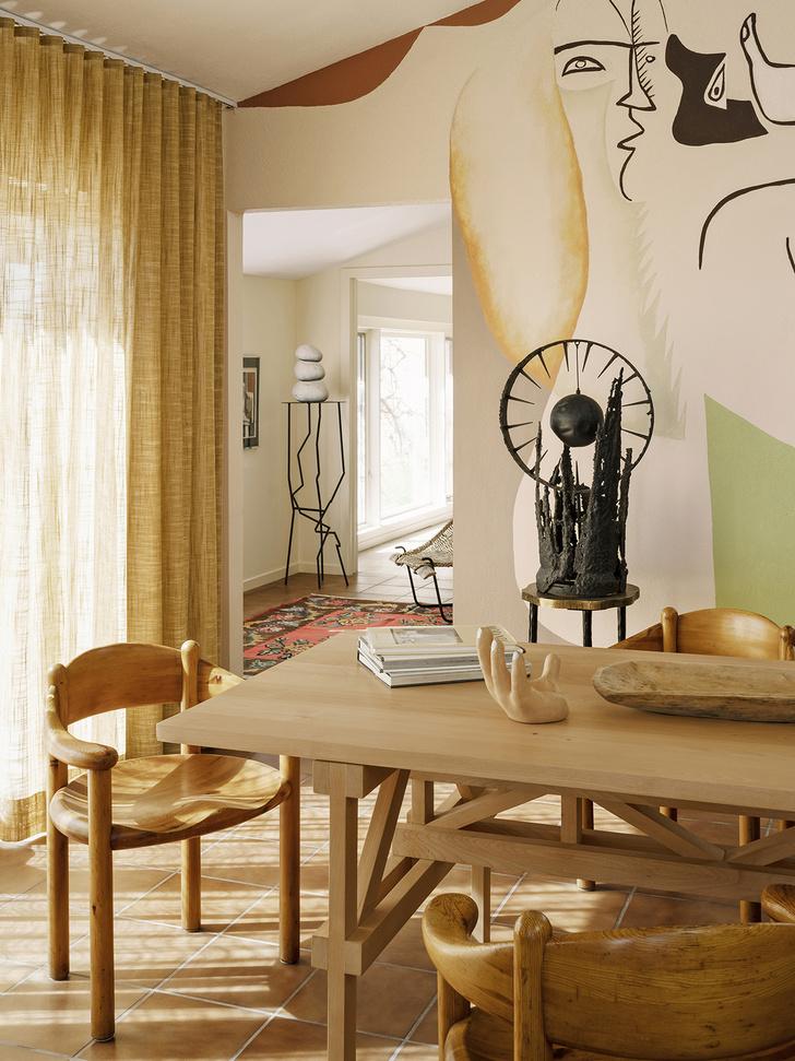 Фото №2 - Настенная роспись и авторская мебель в доме художника в Калифорнии