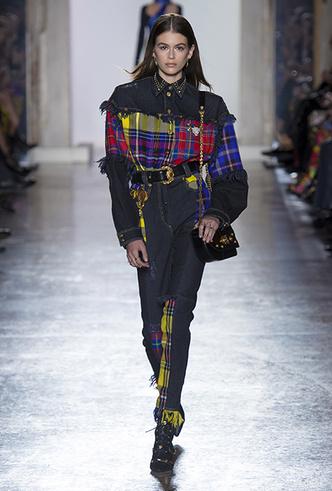 Фото №8 - Парад топ-моделей: Наталья Водянова, Джиджи Хадид, Кайя Гербер и другие на подиуме Versace FW18-19