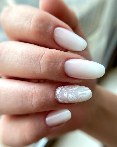 Фото №4 - Молочный маникюр: 8 стильных и нежных идей для коротких ногтей