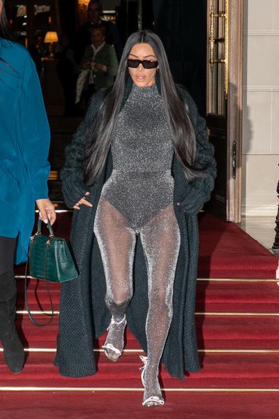 Фото №1 - Кардашьян показала самый нелепый прозрачный наряд