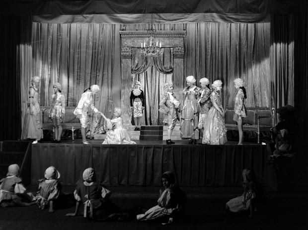 Фото №15 - Рождественский театр Виндзоров: как принцессы Елизавета и Маргарет поднимали боевой дух нации