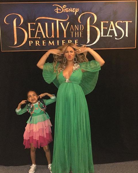 Фото №3 - Милота дня: беременная Бейонсе с семьей на премьере «Красавицы и Чудовища»