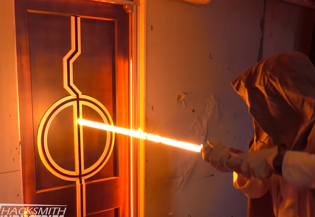 Фото №1 - Видеоблогер собрал настоящий лазерный меч как в «Звездных войнах» и разрубил шлем имперского штурмовика (видео)