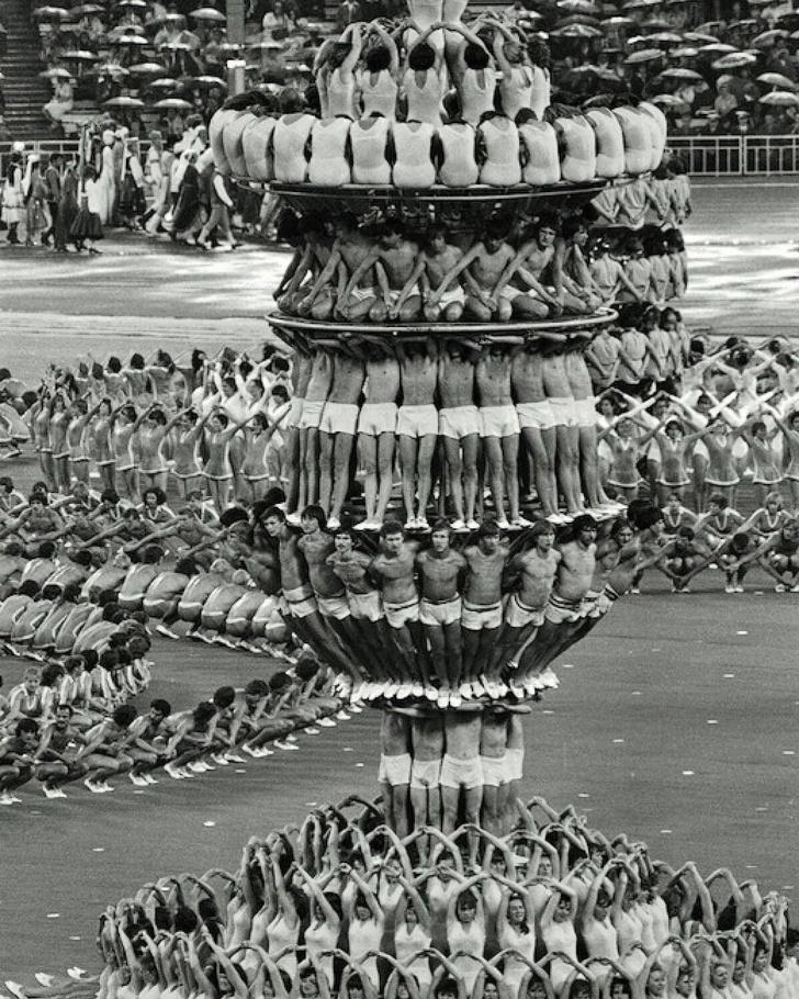 Фото №1 - История одной фотографии: живая пирамида на открытии Олимпиады-80 в Москве