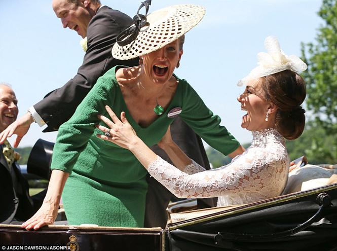 Фото №10 - Чья шляпа лучше: герцогиня Кембриджская и другие на Royal Ascot 2017