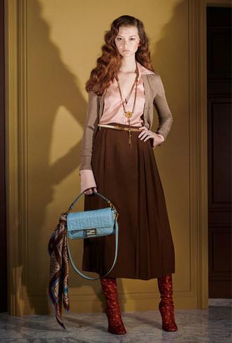 Фото №23 - Как носить шелковые платки: 10 самых простых и стильных способов