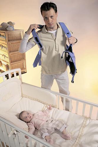 Фото №2 - Как правильно усаживать ребенка в «кенгуру»: инструкция с фото