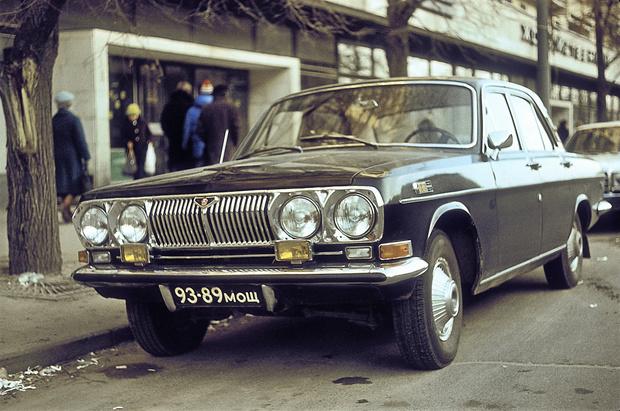 Черная «Волга» да еще и с четырьмя фарами— ну точно КГБ!