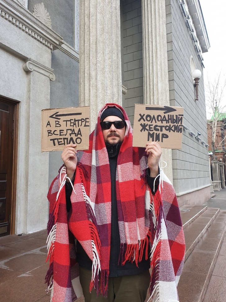 Фото №2 - «Никто не целится в смотрителя из лука»: российские театры, музеи и библиотеки пытаются весело скучать по посетителям (фото)