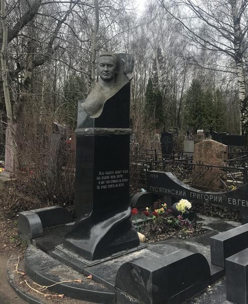 Как выглядят могилы бандитов 90-х: Япончик, Дед Хасан, Тамаз Пипия, Сильвестр, где похоронены, что за памятники