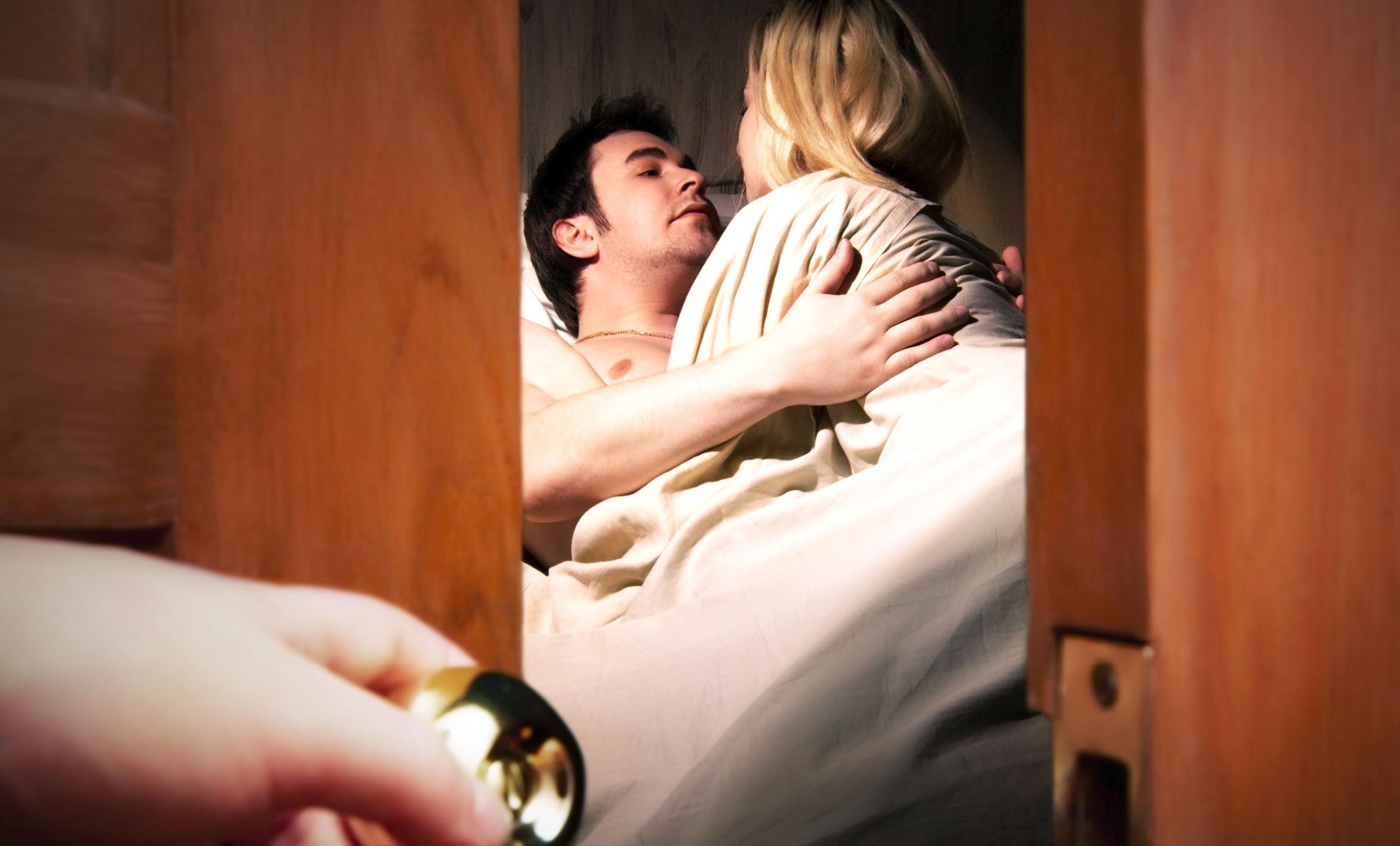 Жесткие жена спалила мужа как он ей изменяет взрослые фото порно