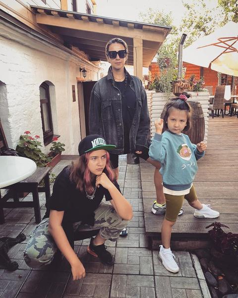 Фото №2 - 42-летняя жена Ивана Урганта в велосипедках и джинсовке выглядит сестрой, а не мамой своих младших дочерей