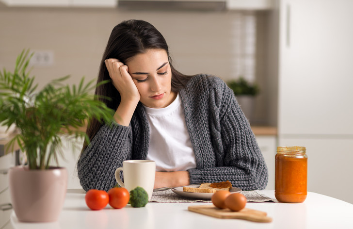 Фото №3 - Почему мы плохо чувствуем себя по утрам: 5 причин, связанных с питанием