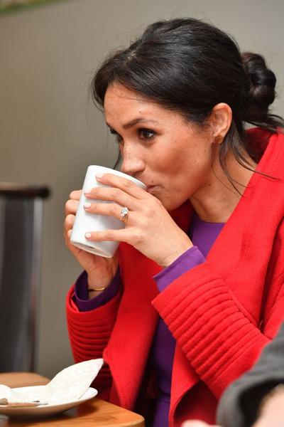 Фото №1 - Меган Маркл не умеет пить чай по-королевски